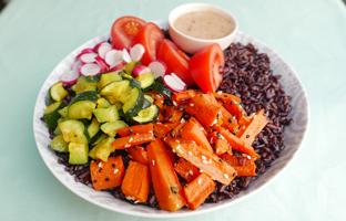 Poke bowl riz vénéré, carottes au sésame, courgettes au curry, radis & vinaigrette miel moutarde
