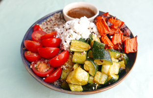 Quinoa trois couleurs, courgettes carottes, tomates cerises, feta & vinaigrette menthe