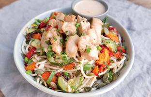 Poulet sauce satay & nouilles aux légumes