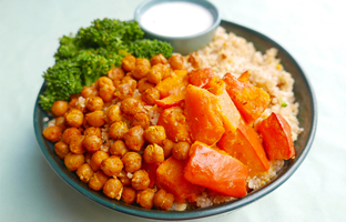 Quinoa boulgour, pois chiches rôtis au curry, brocoli & sauce yaourt