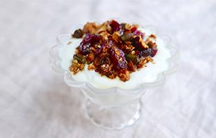 Fromage blanc, granola pistaches & cranberries