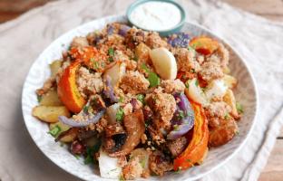 Crumble de légumes, noisettes & sauce au chèvre